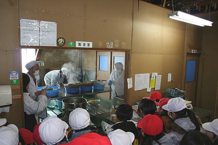 味噌の加工室で大豆を潰す場面を見学